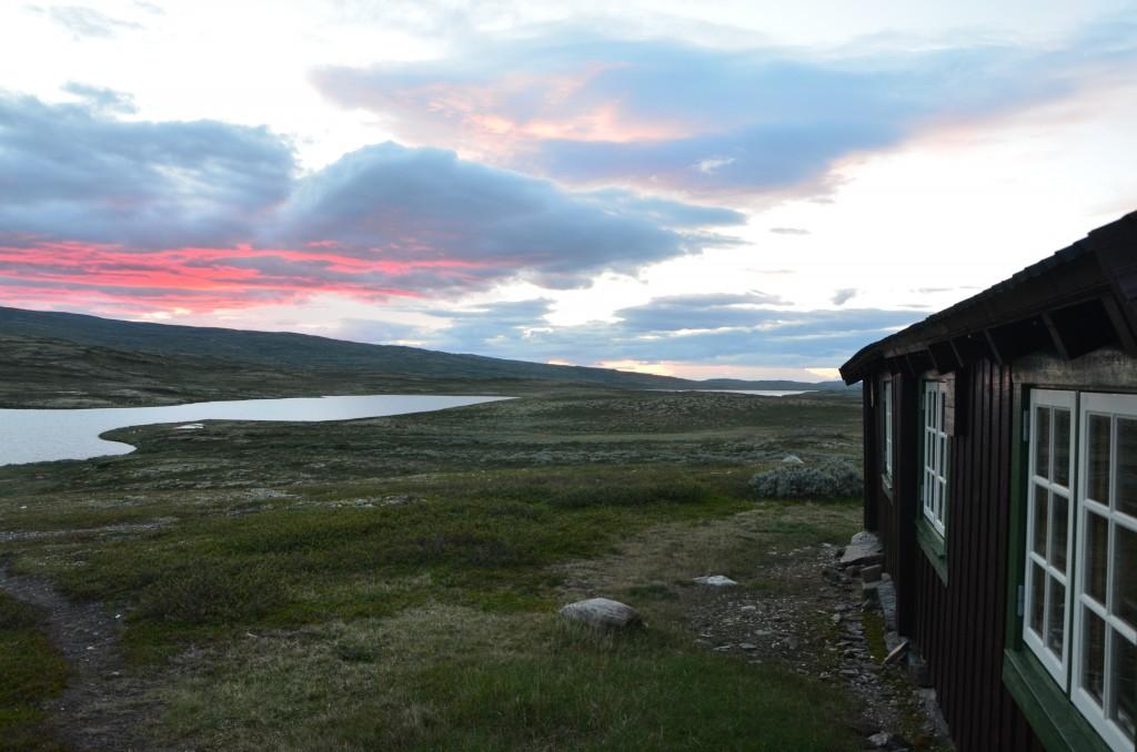 Litj-hiåsjøbua en stille sommerkveld.