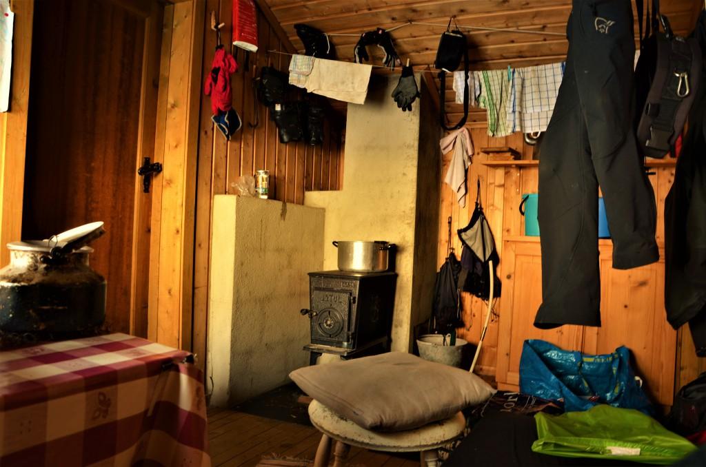 Det er også et lite rom med ei seng og en vedovn.